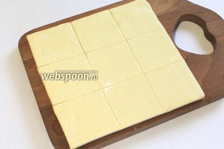 Каждый пласт теста разрезать на квадраты.