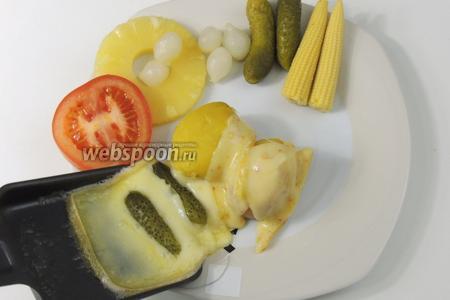 Так же плавим сыр с огурчиками или другими овощами. Приятного аппетита!