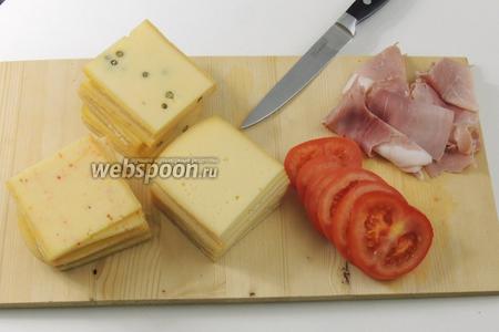 Нарежем сыр, помидор и ветчину.