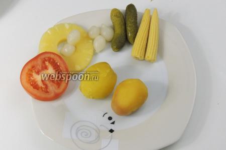 Тарелки наполняем картофелем и маринованными овощами на ваш выбор.
