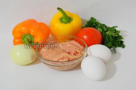Для приготовления махляма возьмём фарш куриный, помидор, по половинке переца болгарского двух цветов, лук репчатый, петрушку, яйца, соль и перец по вкусу.