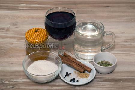 Для приготовления глинтвейна потребуется вода, вино красное сухое, мёд, сахар, корица, гвоздика, мята, гвоздика, перец чёрный горошком, бадьян, сушёный имбирь.