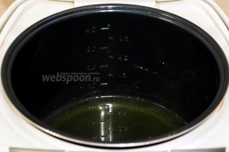 Из общего количества воды взять всего лишь 1 стакан и налить его в чашу мультиварки, добавить мёд, поставить на режим «Варка» 20 минут (у меня мультиварка Lentel). После того как вода закипит, на поверхности образуется пена, её необходимо снять.
