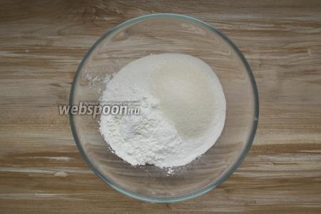 В миске смешать рисовую муку, сахар, крахмал, щепотку соли.