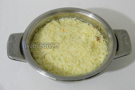Возвращаем остальной рис в кастрюлю и разравниваем по поверхности.