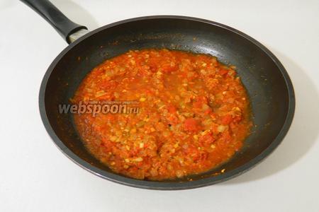Перемешиваем, добавляем немножко воды, если используете томатную пасту. Готовим на среднем огне в течении 5 минут. Часть жидкости должна испариться.