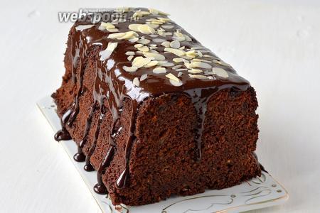 Готовый кекс при желании полить растопленным на водяной бане шоколадом и посыпать миндальными лепестками.