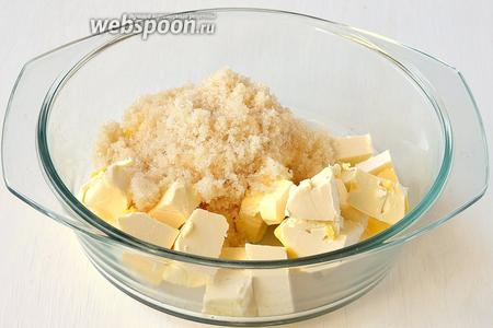 Масло комнатной температуры (210 грамм) соединить с сахаром.
