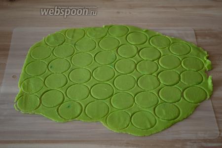 Достаем с холодильника песочное тесто (шаг 1). Раскатываем его на рабочей поверхности между слоями пищевой плёнки толщиной 2 мм и вырезаем кружочки диаметром 3-4 см.
