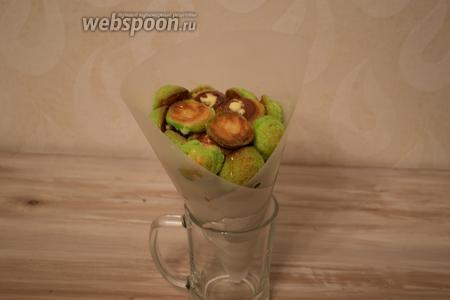 Сформировав конус из профитролей отправляем в холодильник, для застывания карамели.