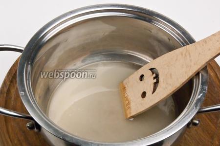 Для начала засахарим клюкву. Для этого сахар смешать с водой и довести до кипения.