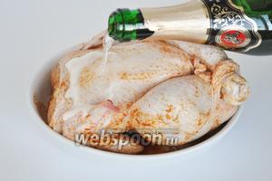 Влить шампанское, выпариваясь, вино пропитает соками курицу и придаст ей пикантный вкус.