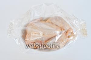 Форму поместить в пакет для запекания, а края скрепить степлером. Поместить в духовку при 220°C на 40 минут. Потом рукав вскрыть и оставить курочку запекаться до полной готовности ещё минут 30. Время зависит от размера курицы.