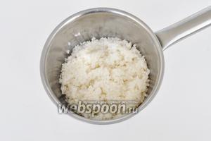 Рис залить водой, поставить на огонь. Как закипит, снять с огня и оставить в горячей воде на 5 минут. Потом воду слить и рис промыть.