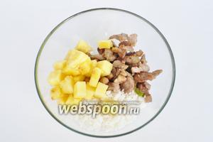 Смешать рис с ананасами и мясом. Начинка готова.