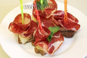 Хорошо сочетается сырокопченое мясо с консервированным ананасом и зеленью.