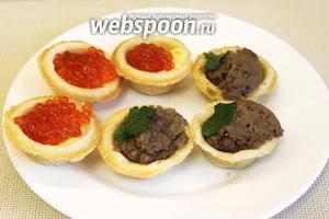 На закусочное блюдо обычно размещают и тарталетки с  паштетами  и икрой.