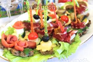 Блюдо размещаем на украшенном празднично столике.