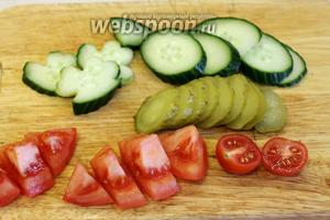 Нарезать огурцы и помидоры.