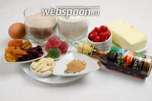Для приготовления теста для кекса необходимо взять: муку, соль, коричневый сахар, масло сливочное, миндаль, корицу, кардамон, кленовый сироп, мармелад, яйца, ванилин, сушёные ягоды и цукаты, вишню; для пропитки взять ром.