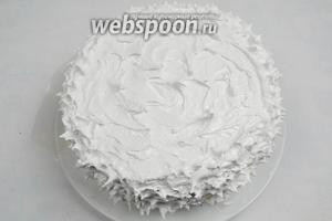 Остывший кекс смазать кремом в виде «заснеженной горки».