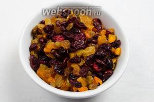 Сухие ягоды, фрукты и цукаты вымыть, ошпарить кипятком, просушить. Курагу и цукаты измельчить.