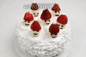 Растопить шоколад на водяной бане. Раскрасить конфеты. Украсить снеговиков клубничными шапочками. Добавить украшение кулинарной посыпкой и листочками мяты по своему вкусу. Подавать кекс к праздничному столу на десерт.