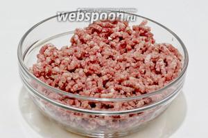 Свинину пропустить через мясорубку не менее 2-3 раз вместе с зубчиком чеснока. Можно взбить в блендере до однородной и пышной массы.