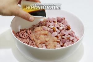 Соединить свинной фарш, ветчину, куриную грудку. Посолить по вкусу, добавить соевый соус.