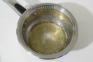 Доводим сироп до кипения, периодически помешивая его. И оставляем в прохладном месте остывать до 30 ºC.
