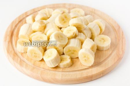 Бананы чистим и мякоть нарезаем тонкими кольцами.