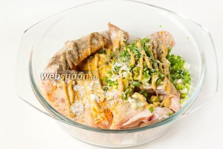 Солим крылья, добавляем чёрный молотый перец, куркуму, горчицу, измельчённый зелёный лук.