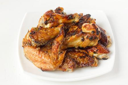 Подаём крылья-гриль к пиву, с различными соусами или как мясное блюдо к гарниру.