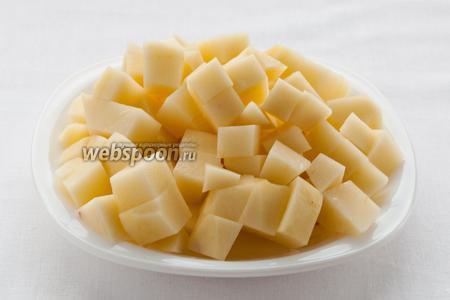 Спустя 15 минут, когда куриное филе уже почти сварилось, порежьте картофель кубиками.