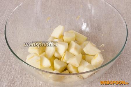 Яблоки промыть, разрезать на 4 части. Срезать шкурку и удалить сердцевину. Мякоть нарезать ломтиками средней величины и поместить в миску с «лимоном». Перемешать.