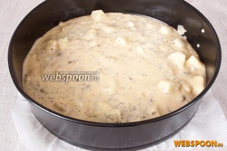 Добавить ломтики яблок, мак, перемешать и поместить готовое тесто в форму, застеленную пергаментной бумагой.