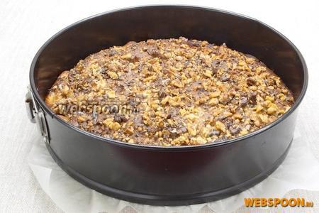 Сверху посыпаем оставшимися орехами. Выпекать в разогретой до 180°C духовке около 40 минут.