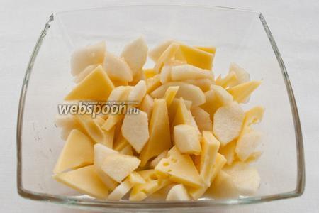 Выкладываем в салатник или на тарелку груши, сыр и перемешиваем.
