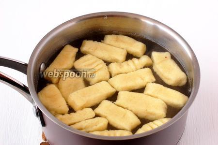 Отварить ньокки по 2 минуты порциями в подсоленном кипятке.