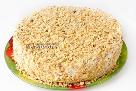 Посыпаем верх и бока торта грецкими орехами и крошкой из коржей. Даём торту настояться при комнатной температуре ещё около 1 часа и можно подавать к столу!