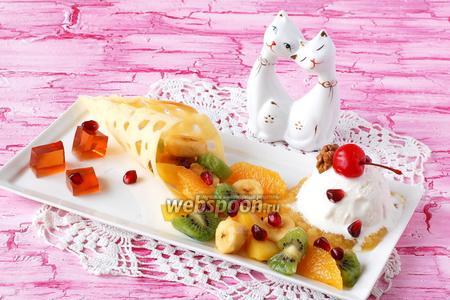 Фруктовый салат с мороженым и желе из глинтвейна