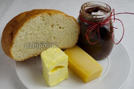 Для приготовления гренок необходимо взять вчерашний батон или белый хлеб, мягкое сливочное масло, любой твёрдый сыр. Для намазки можно использовать пасту шоколадно-банановую.