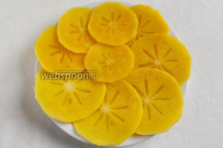 Хурму вымыть, высушить. Очистить кожуру с плодов. Нарезать тонкими лепестками. Берите ту часть плода, в центре которой есть «цветок». Боковую часть оставьте для другого салата.