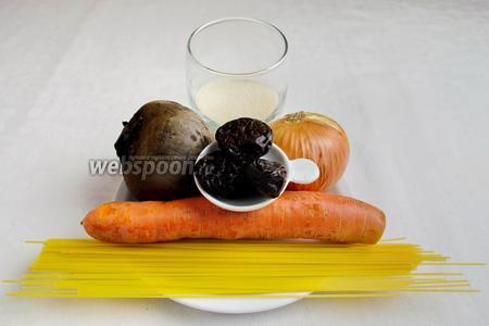 Чтобы приготовить такие котлеты, необходимо взять свёклу, морковь, печёный картофель, небольшую луковицу, чернослив, манку, запаренную кипятком, соль, кунжут.