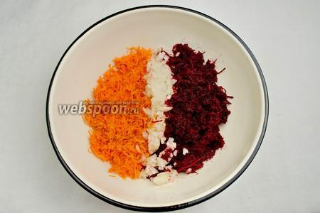 Смешать натёртые свёклу, морковь и нарезанный мелко лук.