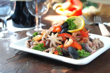 Салат с осьминогами и маслинами