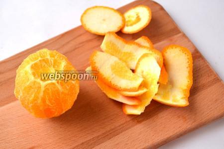 Апельсины филируем, для этого сначала срезаем донышки, чтобы апельсин стоял, а затем, повторяя форму апельсина, срезаем корку вместе с белой мякотью. Количество апельсинов может быть больше, если они мелкие.