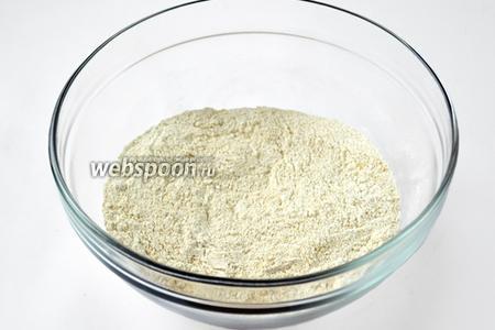Смешиваем пшеничную муку с кунжутной, крахмалом и разрыхлителем.
