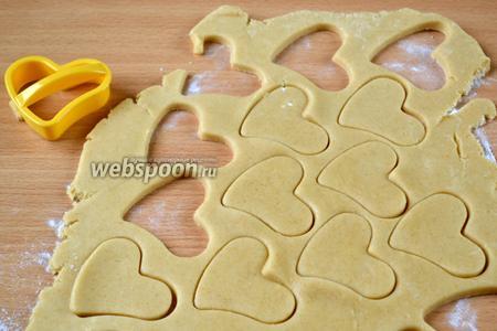 Разделяем тесто на 3-4 части, пока с одной частью работаем, оставшееся тесто держим в холодильнике, так как оно маслянистое, нам важно, чтобы при выпечке печенье не потеряло форму. Вырезаем печенье любой формы. Обрезки собираем в комок и снова — в холодильник.
