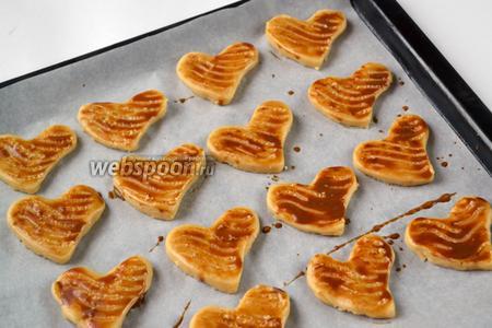 Кофейно-яичной смесью намазываем печенье и вилкой наносим волнистые узоры.
